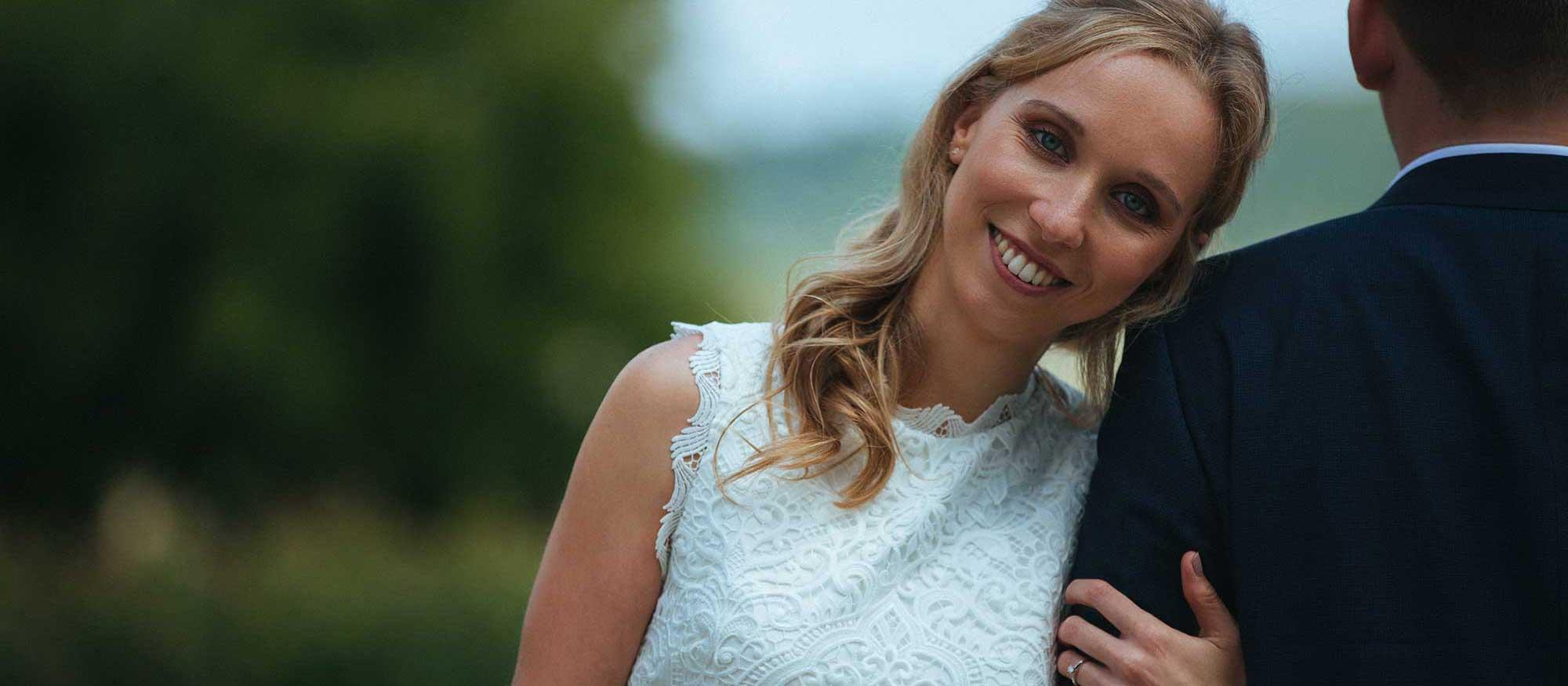 Hochzeitsfotograf in Stuttgart und Umgebung Braut lehnt an der Schulter ihres Mannes