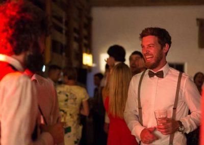 Hochzeitsfotos in Stuttgart Bräutigam auf der Feier am lachen