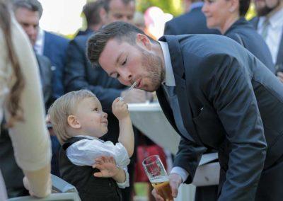 Hochzeitsfotos in Stuttgart Kind füttert Vater auf der Hochzeit