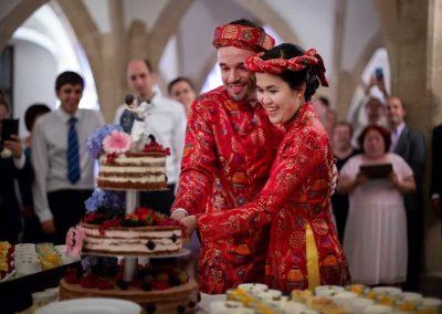 Hochzeitsfotos in Stuttgart Anschnitt der Hochzeitstorte