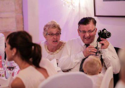 Hochzeitsfotos in Stuttgart Opa macht Spaß