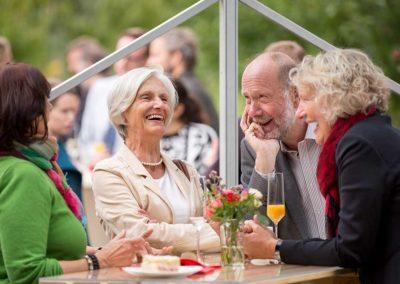 Hochzeitsfotos in Stuttgart gute Laune beim Sektempfang