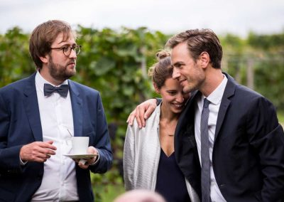 Hochzeitsfotos in Stuttgart Sektempfang kuschelig im Weinberg