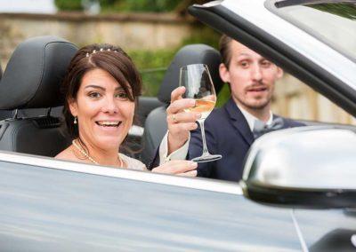 Hochzeitsfotos in Stuttgart Braut trinkt Wein beim Shooting