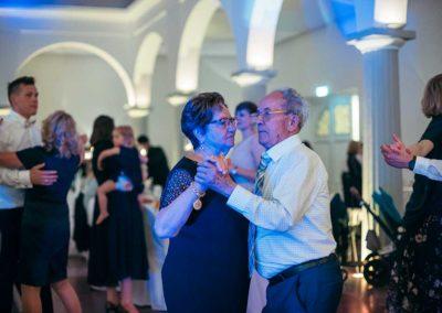 Hochzeitsfotos in Stuttgart Opa und Oma tanzen