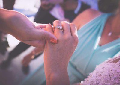 Hochzeitsfotos in Stuttgart Hochzeitsring anschauen