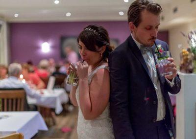 Hochzeitsfotos in Stuttgart Braut und Bräutigam trinken Cocktail
