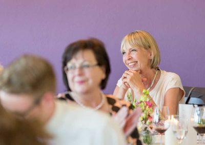 Hochzeitsfotos in Stuttgart Mutter der Bräutigams lacht