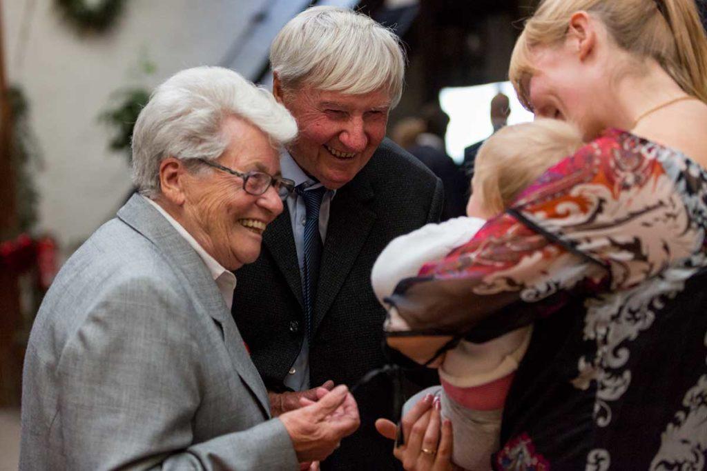 Heiraten in Stuttgart Großeltern mit Enkel