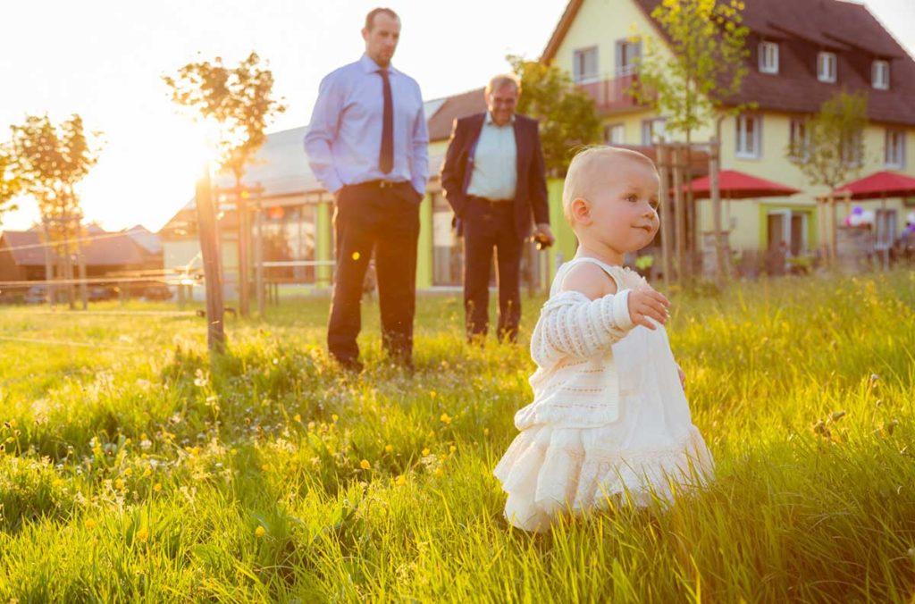 Heiraten in Stuttgart Kind im Sonnenschein