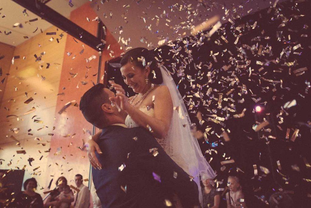 Heiraten in Stuttgart Brauttanz im Konfettiregen