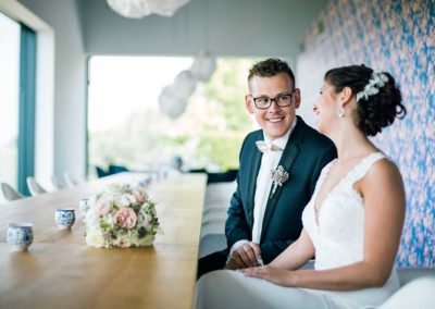 Hochzeitsfotos in Stuttgart Bräutigam lacht mit seiner Braut