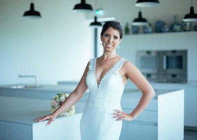 Hochzeitsfotos in Stuttgart Braut posiert in der Küche