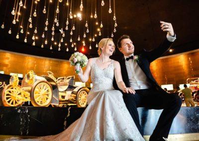 Hochzeitsfotos in Stuttgart Shooting im Mercedes Museum Stuttgart Selfiespass