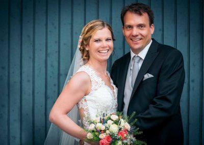 Hochzeitsfotos in Stuttgart Shooting vor einer Garage im Hof