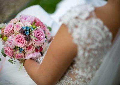 Hochzeitsfotos in Stuttgart Shooting auf einer Bank im Park