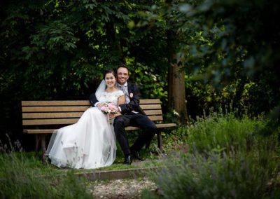 Hochzeitsfotos in Stuttgart Shooting auf einer kleinen Parkbank