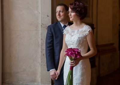 Hochzeitsfotos in Stuttgart Shooting im Ludwigsburger Residenzschloss am Fenster stehend