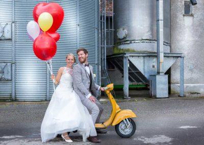 Hochzeitsfotos in Stuttgart Shooting vor Getreidetanks auf dem Bauernhof