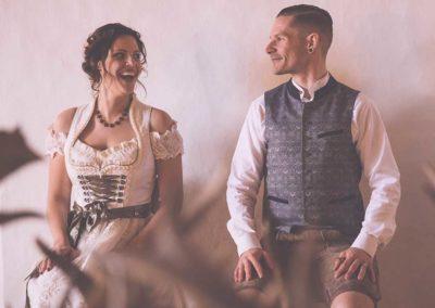 Hochzeitsfotos in Stuttgart Brautpaar Vintage im Dirndl