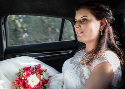 Hochzeitsfotos in Stuttgart Braut im Auto sitzend