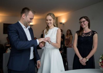 Hochzeitsfotograf-in-Stuttgart-Braut steckt Ring an