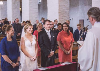 Hochzeitsfotograf-in-Stuttgart-Braut bei der Trauung vorm Altar