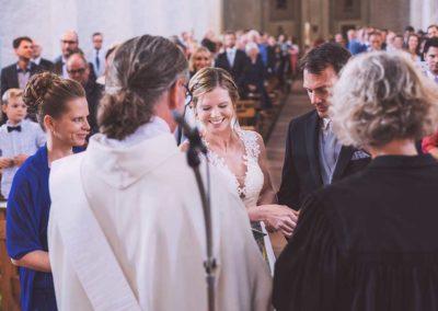 Hochzeitsfotograf-in-Stuttgart- herrlich wie die Braut lacht beim Tausch der Ringe