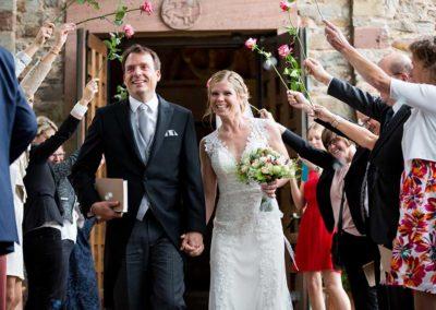 Hochzeitsfotograf-in-Stuttgart-der Auszug aus der Kirche als Mann und Frau