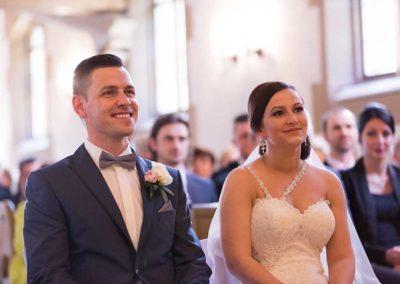 Hochzeitsfotograf-in-Stuttgart-schön lachender Bräutigam in der Kirche