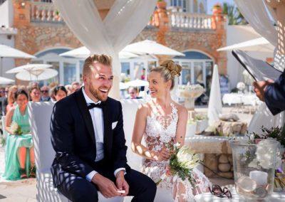 Hochzeitsfotograf-in-Stuttgart-Brautpaar lacht in der Sonne