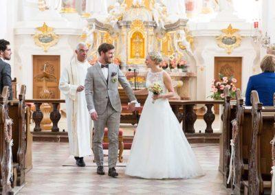 Hochzeitsfotograf-in-Stuttgart-Braut und Bräutigam verlassen die Trauung