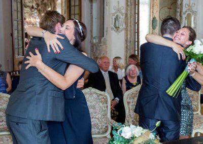 Hochzeitsfotograf-in-Stuttgart-Umarmung Standesamt