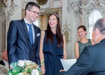 Hochzeitsfotograf-in-Stuttgart-Braut und Gäste müssen lachen