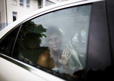 Hochzeitsfotograf-in-Stuttgart-Ankunft der Braut im Auto sitzend