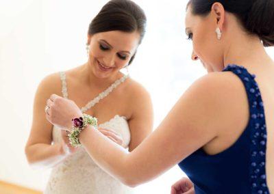 Hochzeitsfotos in Stuttgart Braut gibt Schmuck an ihre Trauzeugin