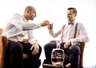 Hochzeitsfotos in Stuttgart Bräutigam und Trauzeuge trinken Whsikey