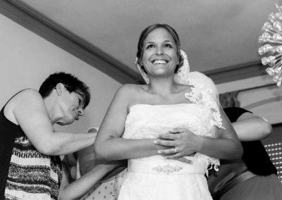 Hochzeitsfotos in Stuttgart Hilfe beim Brautkleid anziehen