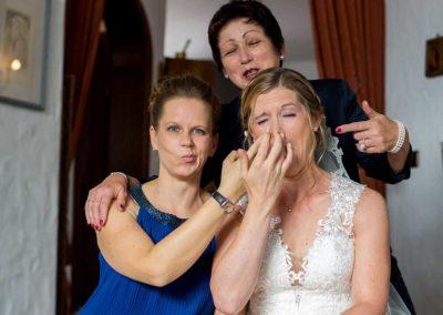 Hochzeitsfotos in Stuttgart Braut zieht grimasse beim Familienfoto