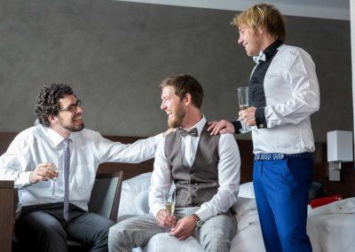 Hochzeitsfotos in Stuttgart Bräutigam mit seinen Jungs im Hotel