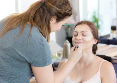 Hochzeitsfotos in Stuttgart Braut bekommt Make up