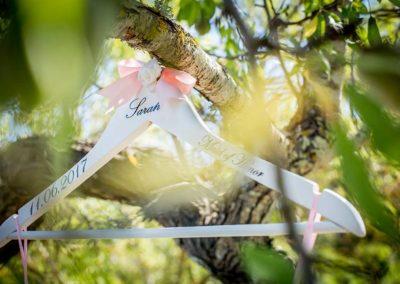 Hochzeitsfotos in Stuttgart Geschenke für die Trauzeugin Kleiderbügel