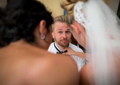 Hochzeitsfotos in Stuttgart Bräutigam wird inspiziert
