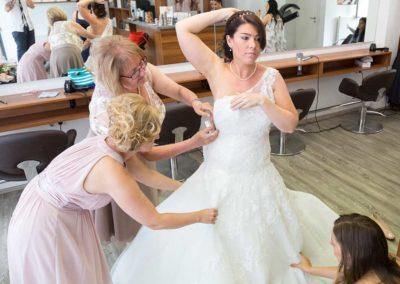 Hochzeitsfotos in Stuttgart Brautkleid Anprobe