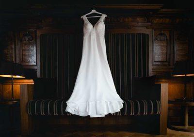Hochzeitsfotos in Stuttgart Brautkleid aufgehängt