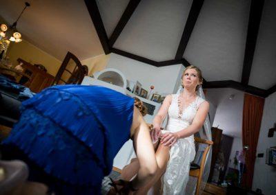 Hochzeitsfotos in Stuttgart Brautschuhe anziehen
