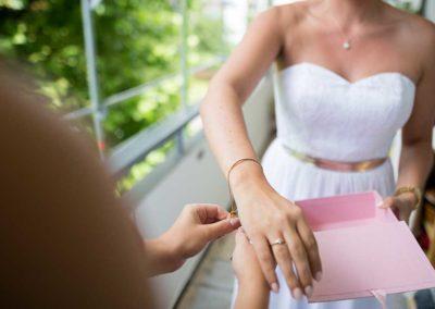 Hochzeitsfotos in Stuttgart Hochzeitsschmuck anziehen