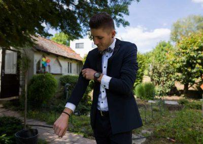 Hochzeitsfotos in Stuttgart Bräutigam beim getting ready im Garten
