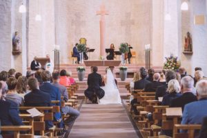 kirchlich heiraten Brautpaar am Altar