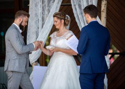 Hochzeitsfotos in Stuttgart Dennis Walz - Bräutigam steckt Ring an Finger